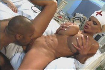 Nagymellű nővérkét kefél Kid Jamaica