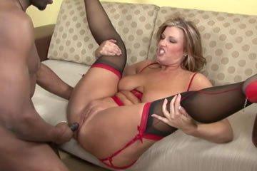Duci feleség fekete szeretőjével kefél
